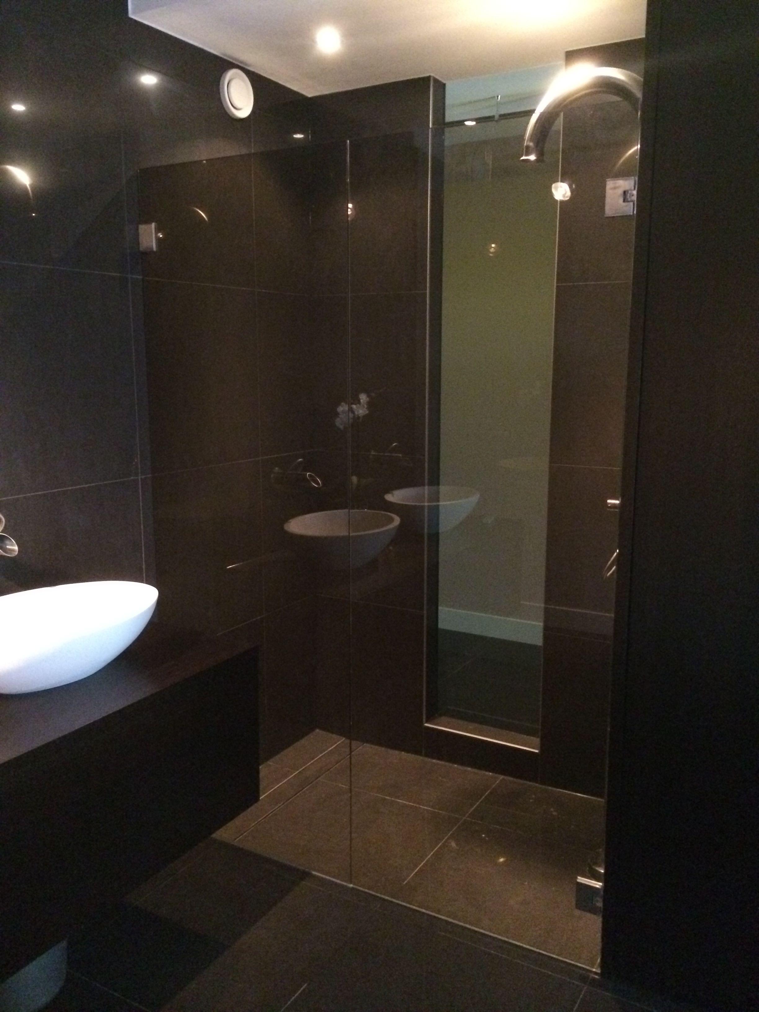 Badkamer in tinten die perfect aansluiten bij de slaapkamer by ...