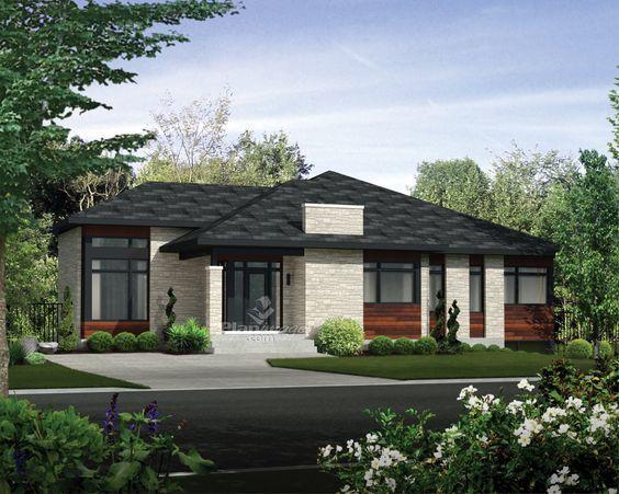 La façade de pierres et de bois, les grandes fenêtres et le garage