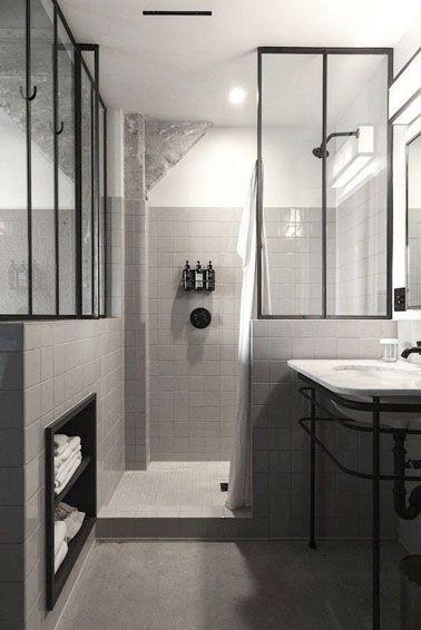 Une petite salle de bain rétro avec une verrière intérieure ...