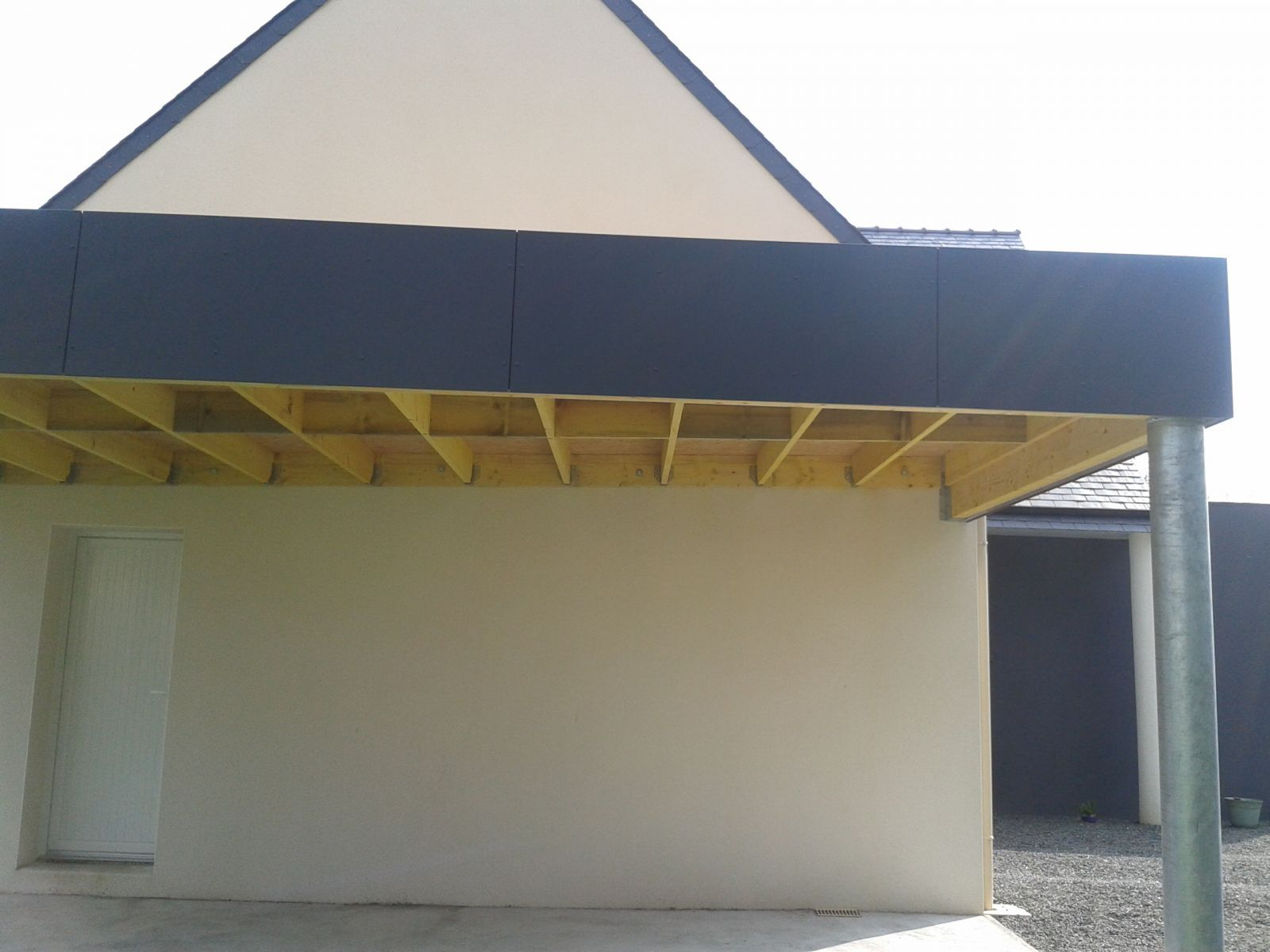 carport avec poteau acier galvanis acrot re en panneau composite et toiture membrane pvc. Black Bedroom Furniture Sets. Home Design Ideas