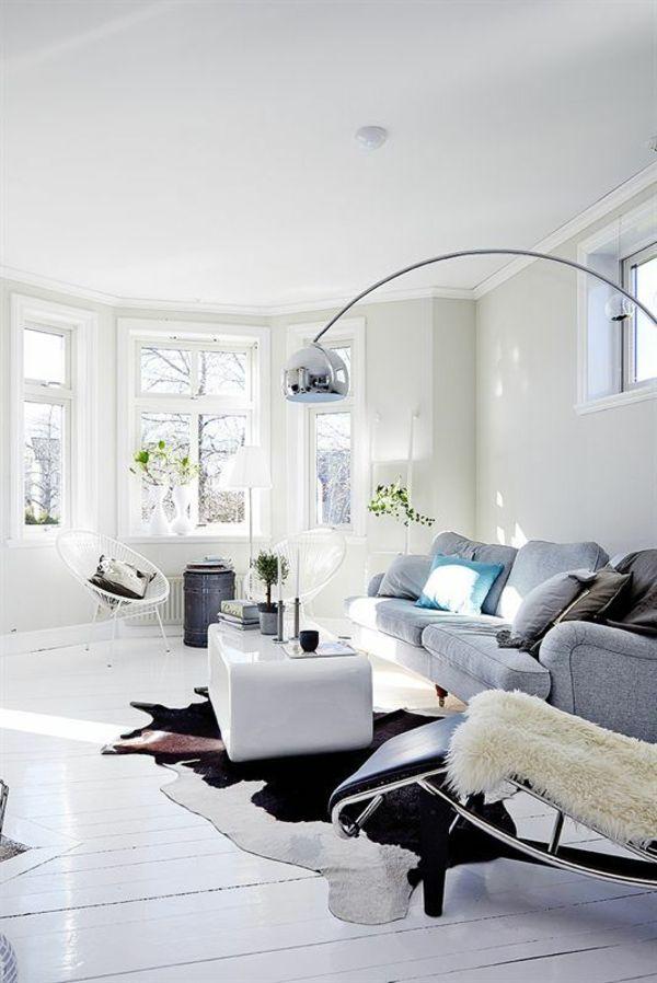 kuhfell teppich verlegen schwarz weiß wohnzimmermöbel stehlampe - wohnzimmer teppich schwarz weis