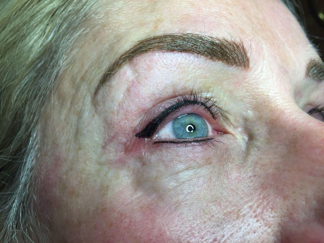 Brede eyeliner en Hairstroke van de wenkbrauwen. Bel voor gratis advies naar 076-5223838 of info@beautyvit.nl
