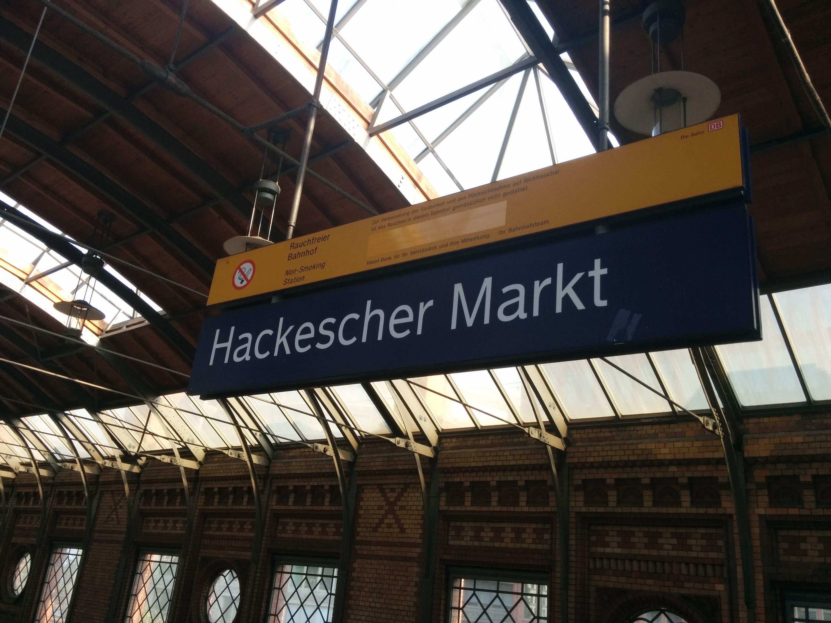 Bahnhofschild Hackescher Markt am 06.09.2014.