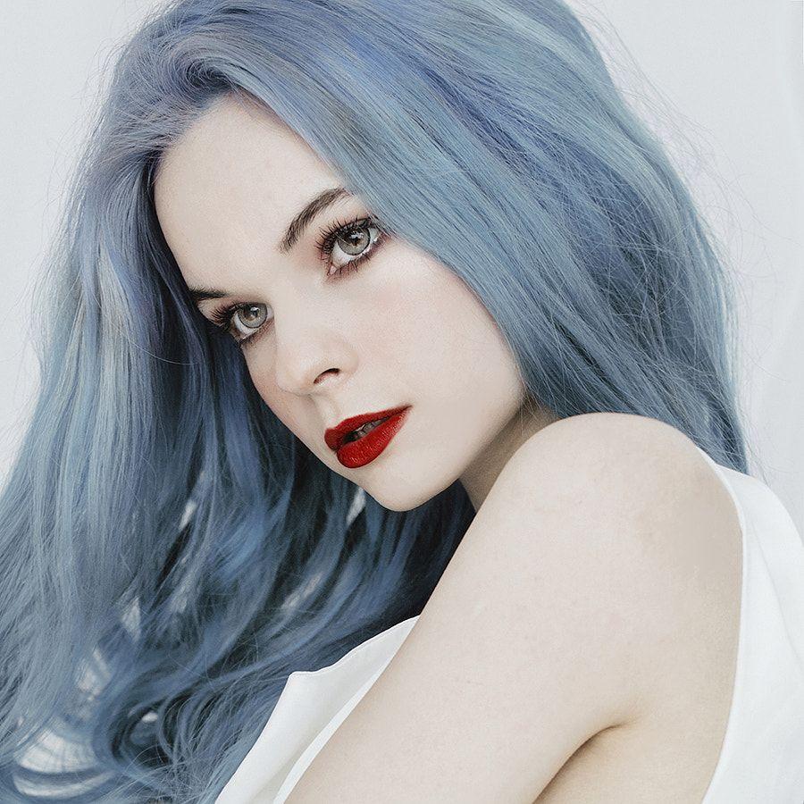Jovana Rikalo Cheveux gris blanc, Les couleurs bleues
