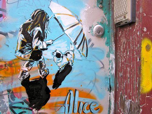 AliCè: Alice Pasquini, è principalmente un'artista visual, e lavora come   disegnatrice, scenografa e pittrice.