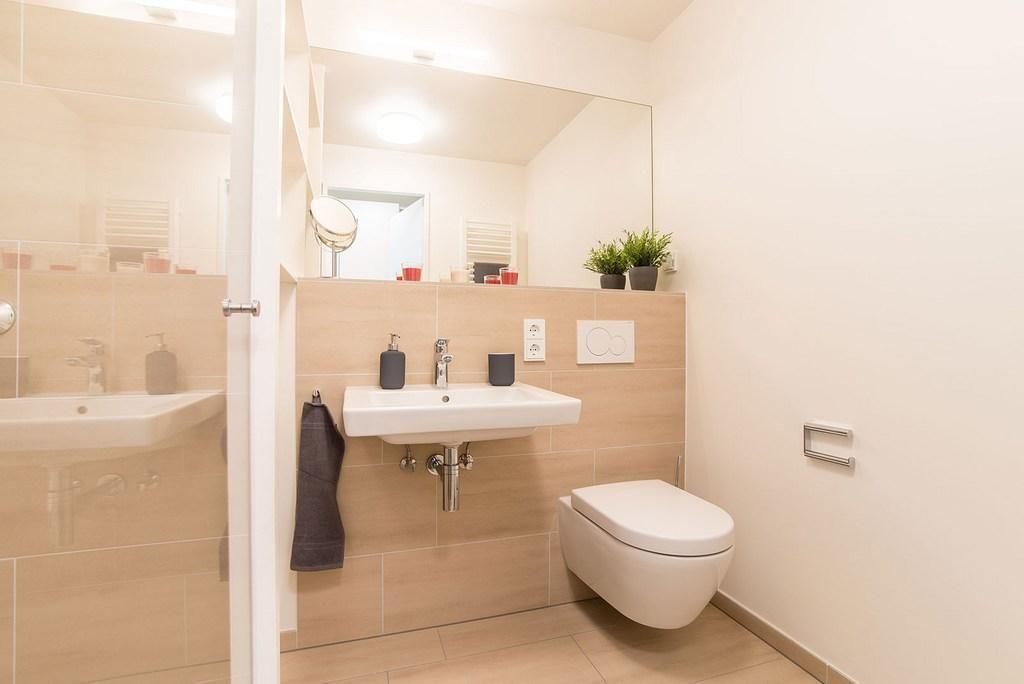 Schönes Modernes Badezimmer Mit Fliesen In Beige Sowie Heller Badmöbel Und  Großem Spiegel. Wohnung In