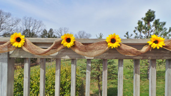 Photo of Solsikkearrangement, Deck Decor, Burlap Garland