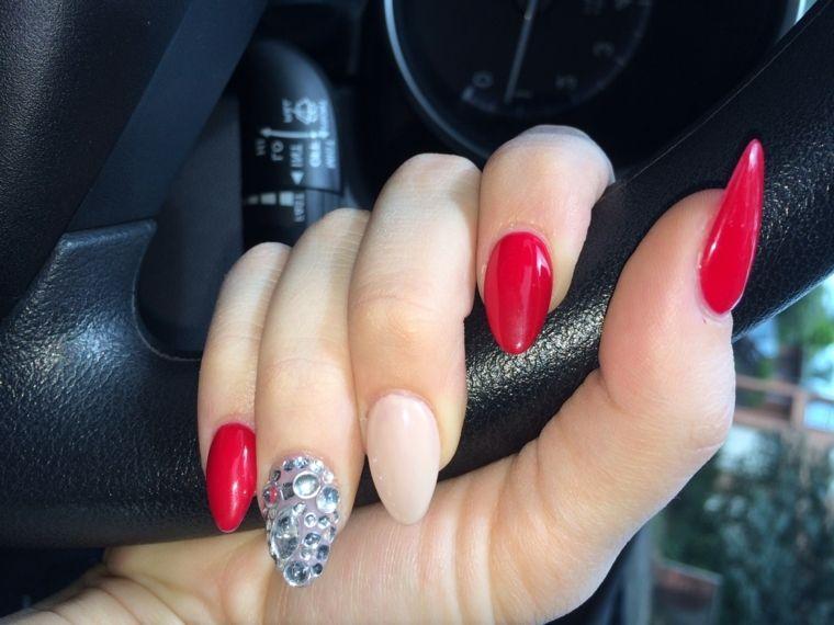 unghie rosse decorate, anulare con glitter applicati e medio color carne