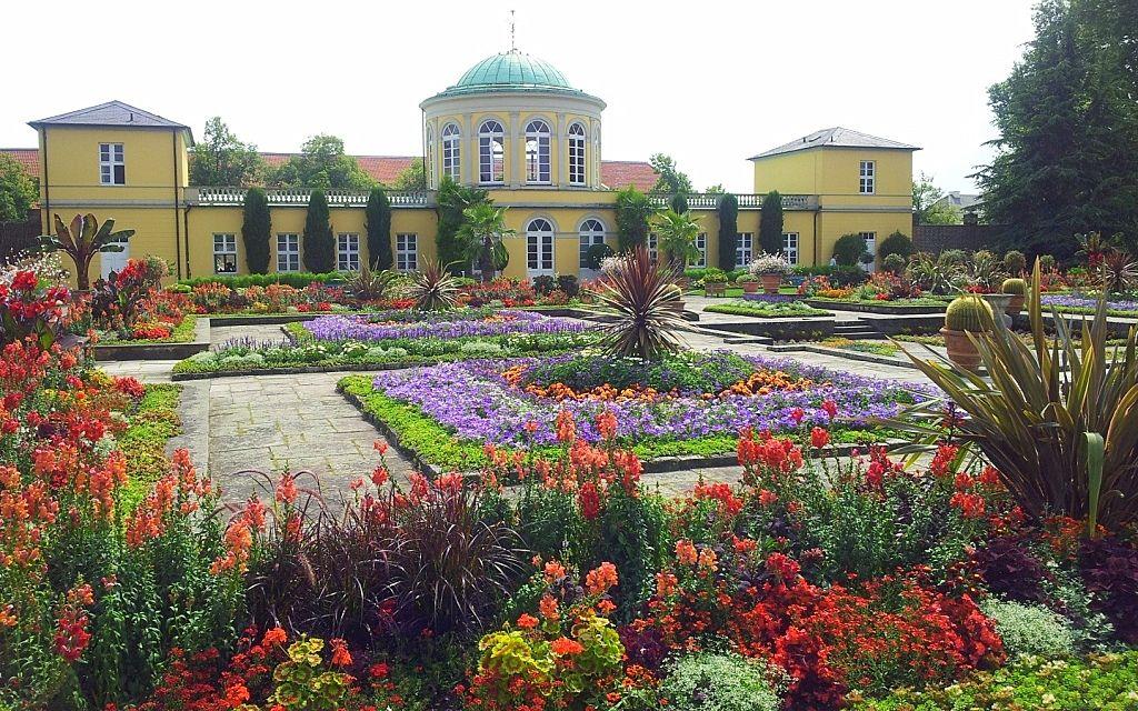 Sommerliche Ansicht Auf Das Historische Hauptgebaude Im Berggarten Hannover Herrenhausen Aufgenommen Und Ge Hannover Traumgarten Hannover Herrenhauser Garten