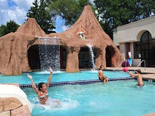 With 3 Indoor Outdoor Waterparks The Atlantis Waterpark Hotel Suites In Wisconsin Dells Is A Lot Of Fun Great Place To Stay