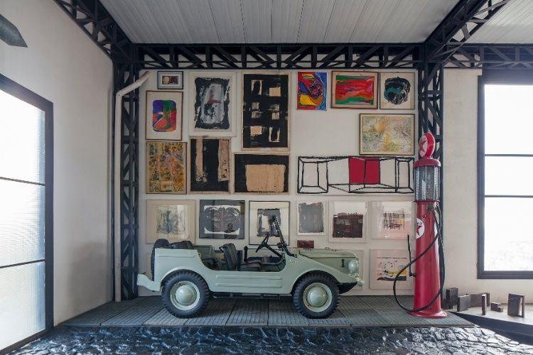 A casa Mangabeiras possui um espaço nobre reservado ao hobby do proprietário (e projetista do espaço), o arquiteto Allen Roscoe: colecionar jipes. A ambientação é totalmente apropriada e tem piso, em parte, composto por chapas metálicas revestidas de borracha e, em parte, formado por pedras do próprio terreno, pintadas de preto. Na decoração destacam-se a antiga bomba de gasolina e, na parede, as obras de arte de artistas amigos do morador