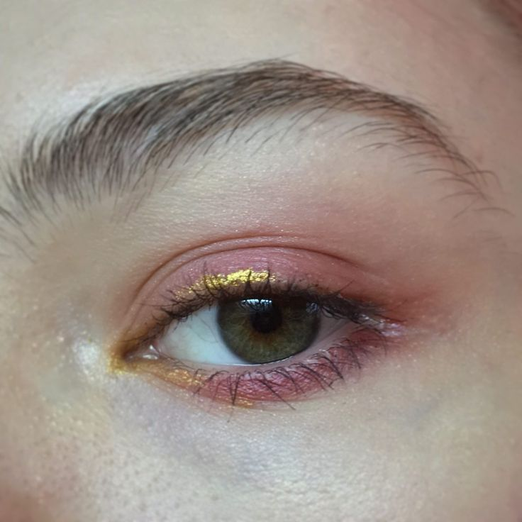 Photo of pink / gold eyeliner / simple / shimmer / matte
