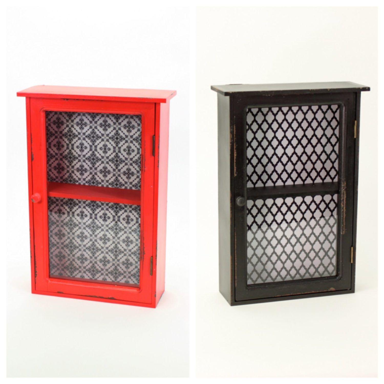 Wunderschönes Vitrinenschränkchen aus Holz und MDF mit Tapetenhintergrund. Vergügbar in verschiedenen Farben: schwarz oder rot. Größe: 33 x 12 x 48 cm.