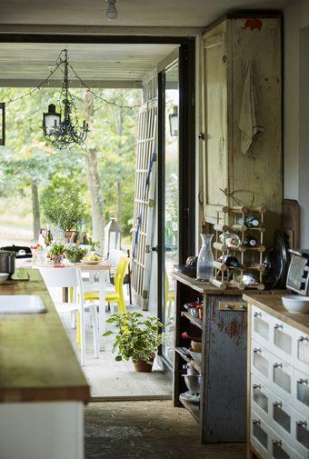 In seinem selbstgebauten Zuhause aus Schiffscontainern setzt Arno - küchen von ikea