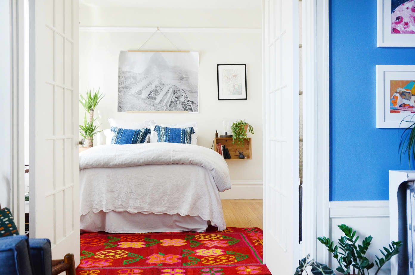 5 Ways to Arrange Furniture in a Small Bedroom (& 4 Bonus
