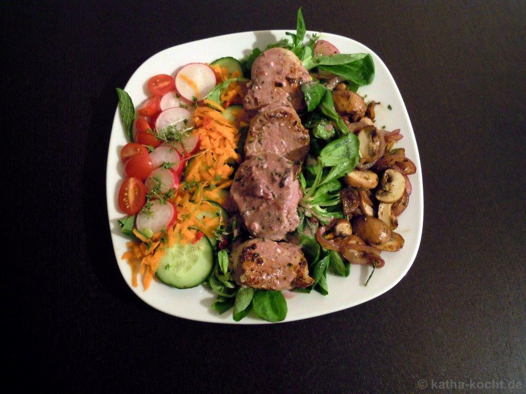 Schweinemedaillons mit Pilzen und rotem Dressing auf Salat - Katha-kocht!