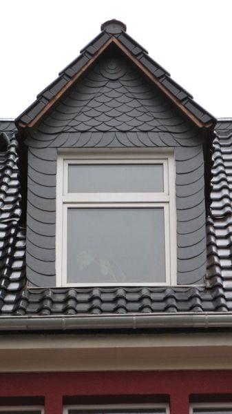 Spitze Dachgaube mit schwarzer Schieferverkleidung von der