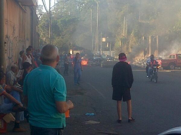 ¿Oligarquía? Se registran Protestas en las Minas de Baruta, vecinos colocan trincheras #5M pic.twitter.com/fVHM58oUrU via @360UCV (10:40 am)