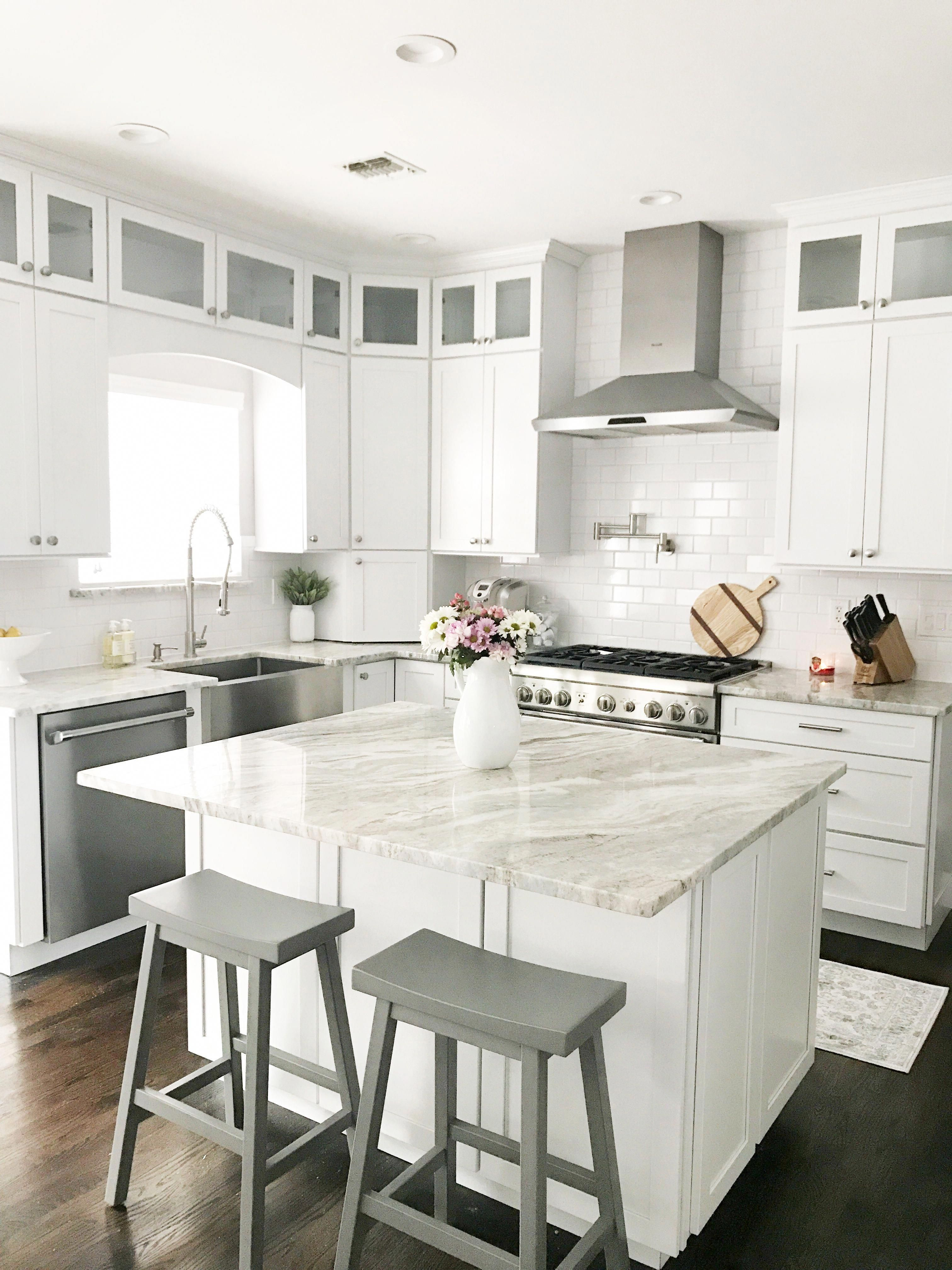Looking For White Shaker Cabinet Kitchen Inspiration Click Here For An Updated Clean White Kitchen Luxury Kitchens Kitchen Design Small Kitchen Remodel Small