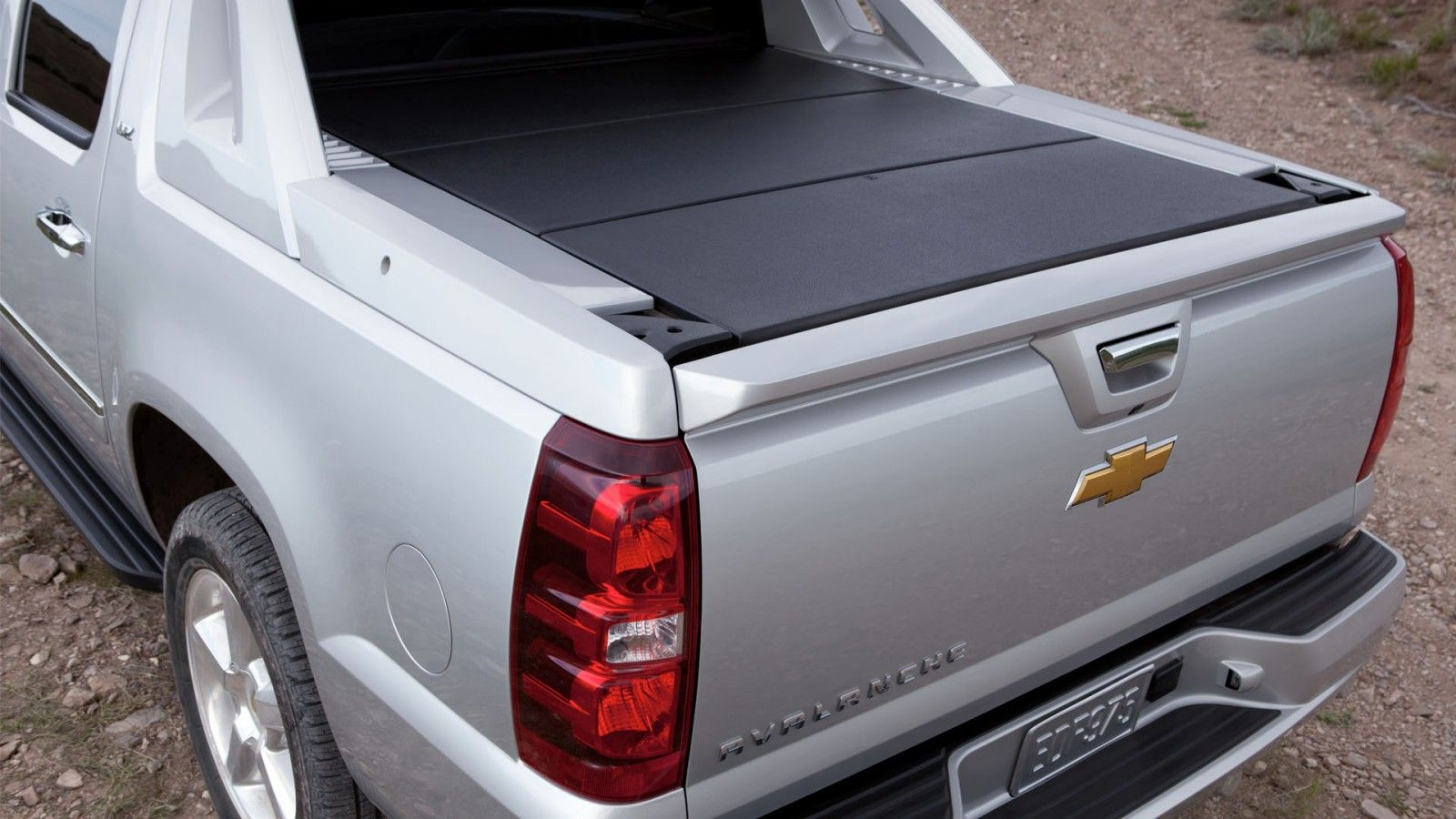 The Chevy Avalanche Ltz Seen Here In Silver Ice Metallic Features 2004 Chevrolet Wiring Plug Door A Removable And Secure Three Piece Cargo Cover