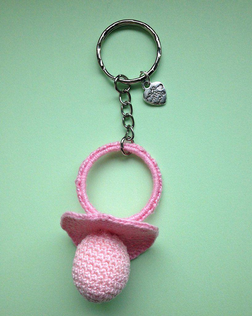 Portachiavi con ciuccio rosa amigurumi per la mamma di una bimba, fatto a mano all'uncinetto, by La piccola bottega della Creatività, 6,50 € su misshobby.com