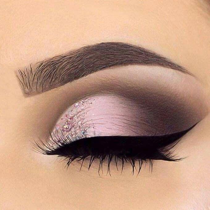 Maquillaje de ojos. Sombra lila con ligero ahumado negro