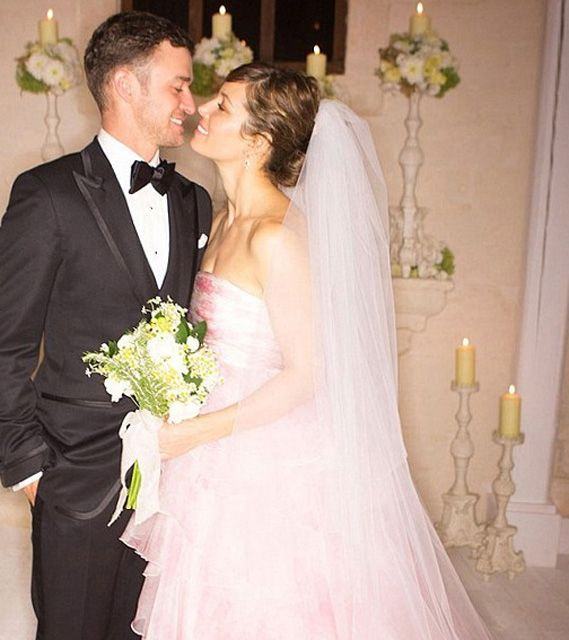 Jessica Biel And Justin Timberlake On Their Wedding Day In Italy Jessica Biel Wedding Dress Pink Wedding Dresses Celebrity Wedding Photos