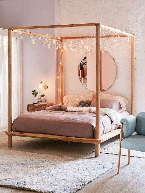 Décor do dia: quarto tem cama com dossel e luzinha