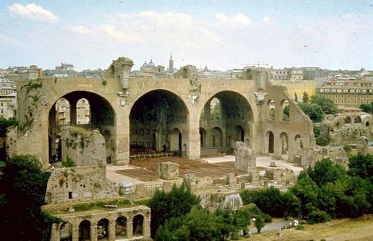 BASÍLICA DE MAJENCIO. Su construcción se inició en el 307; al lado del Foro y de la Vía Sacra, y fue terminada en tiempos de Constantino después de la batalla del Puente Milvio (313). En ella se renunció a la planta y al alzado de las basílicas tradicionales, como las dos existentes en el Foro, a favor de la magnificencia de un grandioso y alto salón, cubierto de bóvedas de crucería, como los frigidaria de las termas imperiales.