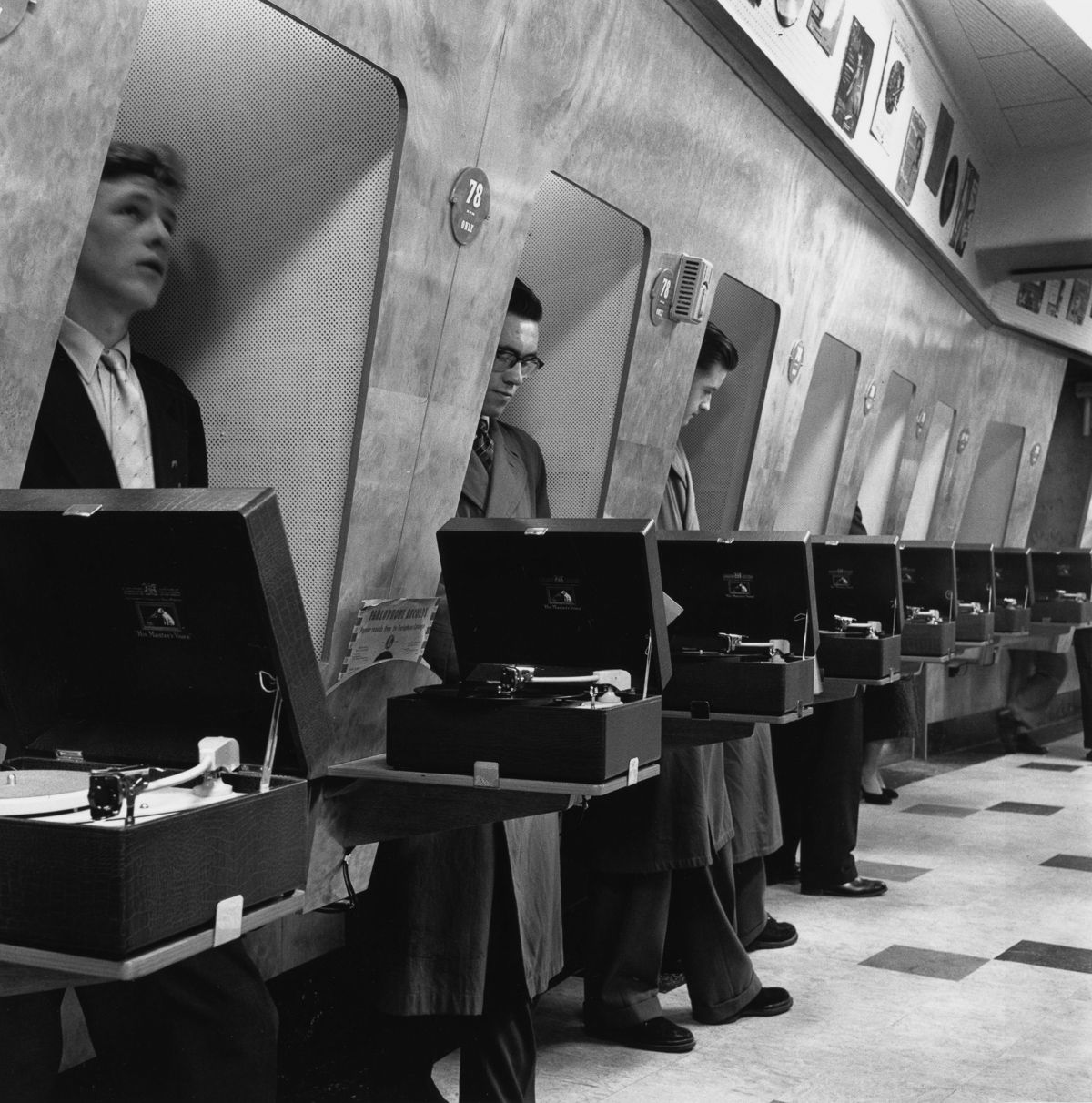 Customers at a London music shop listen to records in soundproof listening booths, 1955 / VINYL RECORD STUFF Old Pictures, Old Photos, Vintage Photos, Raquel Welch, Music Store, Sound Proofing, Vintage Photography, White Photography, Historical Photos