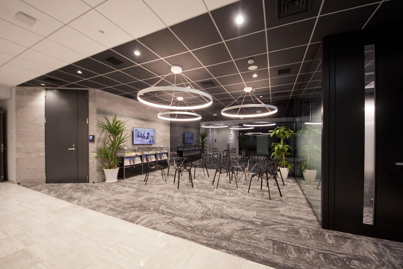 オフィスデザイン実績 白から黒に至るグラデーションで演出した 光溢れるオフィス空間 オフィスデザイン オフィス デザイン