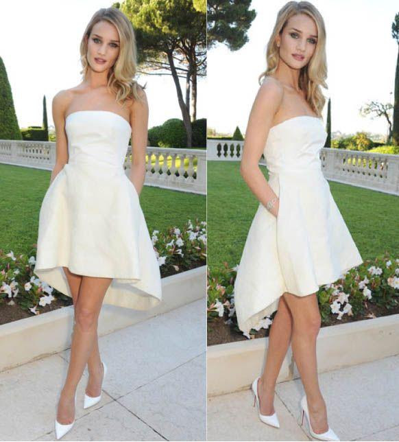 Simulación pequeños vestidos blancos de la colección de Christian