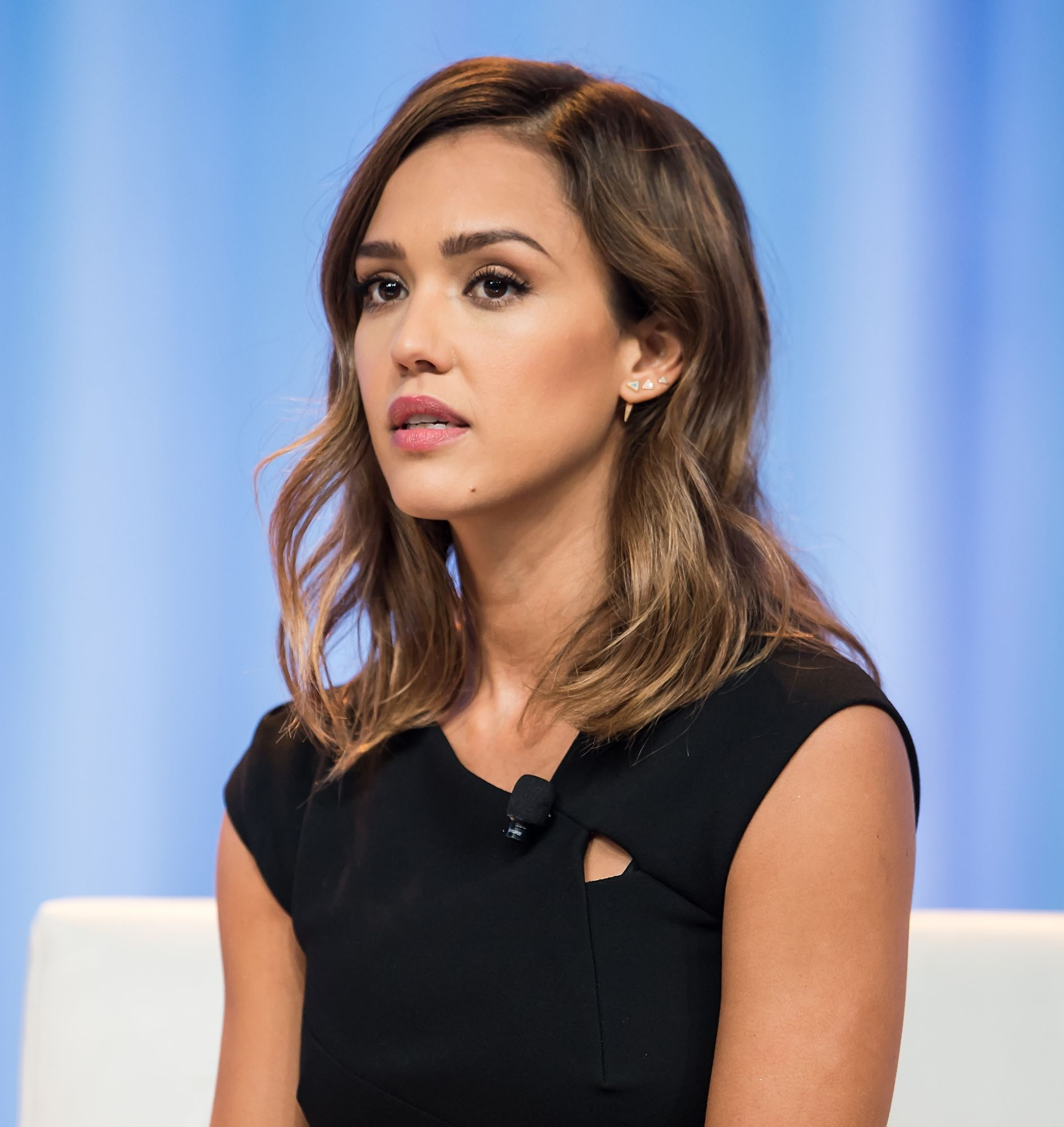 25 Celebrities With Gorgeous Sunkissed Balayage Highlights With Images Jessica Alba Short Hair Jessica Alba Hair Jessica Alba Hair Color