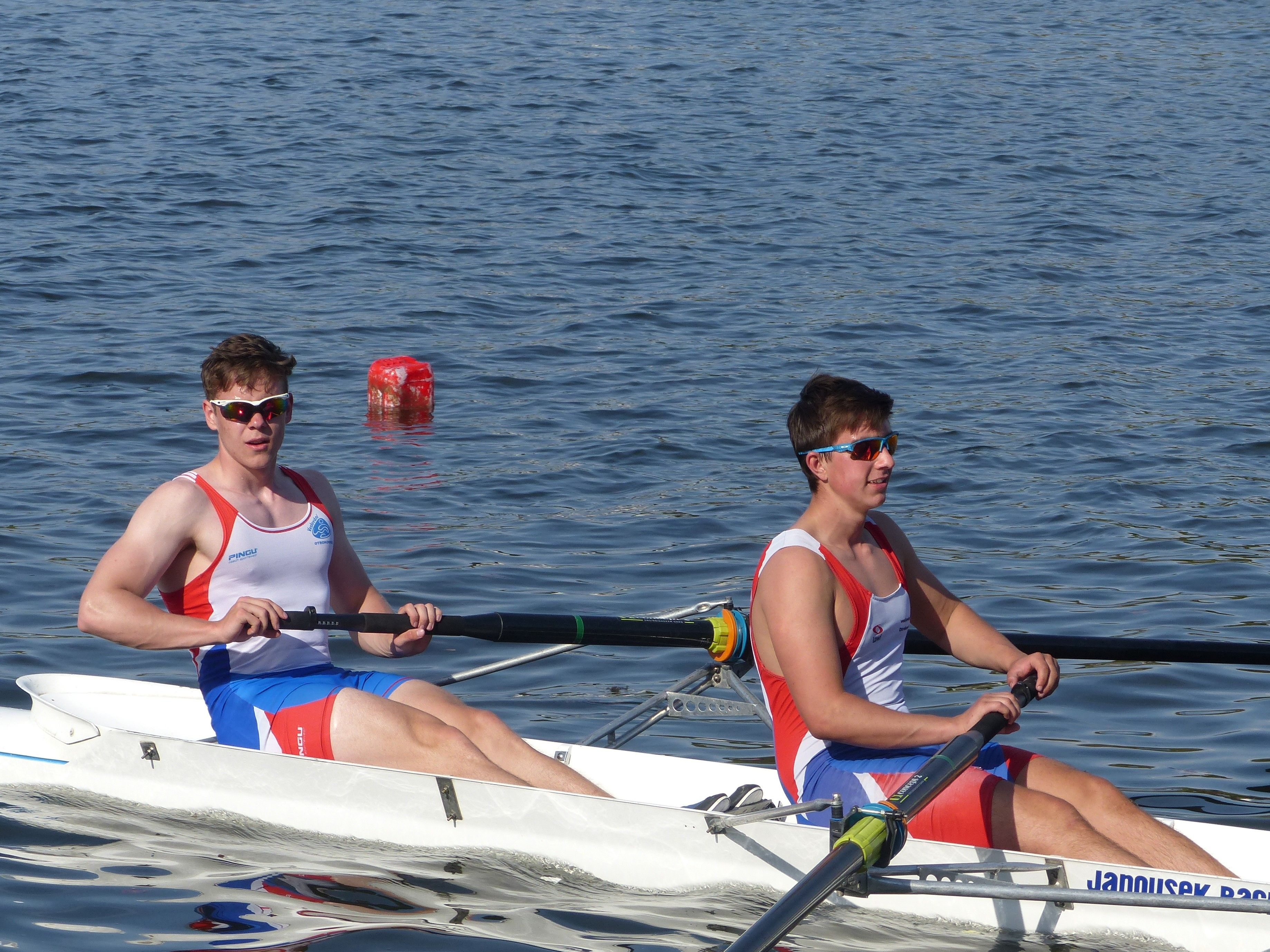 Dvojice dospělých veslařů na sobotních závodech.