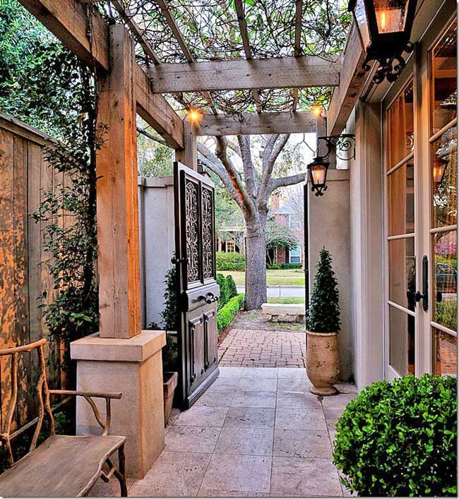 Narrow side yard treatment for privacy and a beautiful for Aterrizaje del corredor de entrada deco