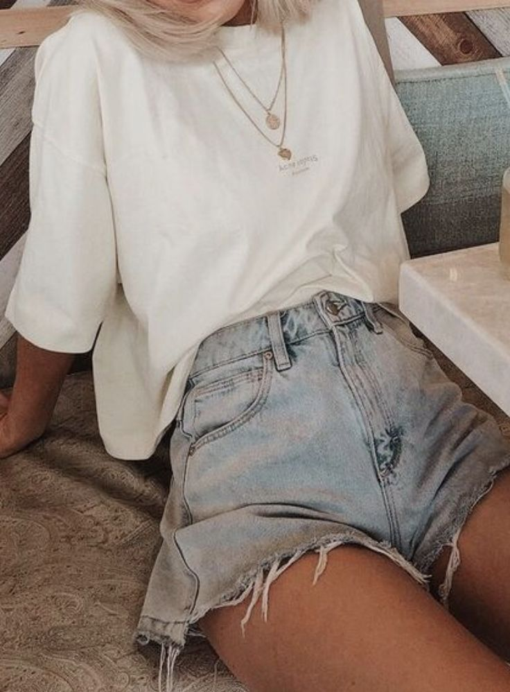 baggy tshirt outfit with levis 501 jean shorts | how to wear baggy jean shorts | baggy outfit ideas for teen girls | gold layered necklaces | best out…