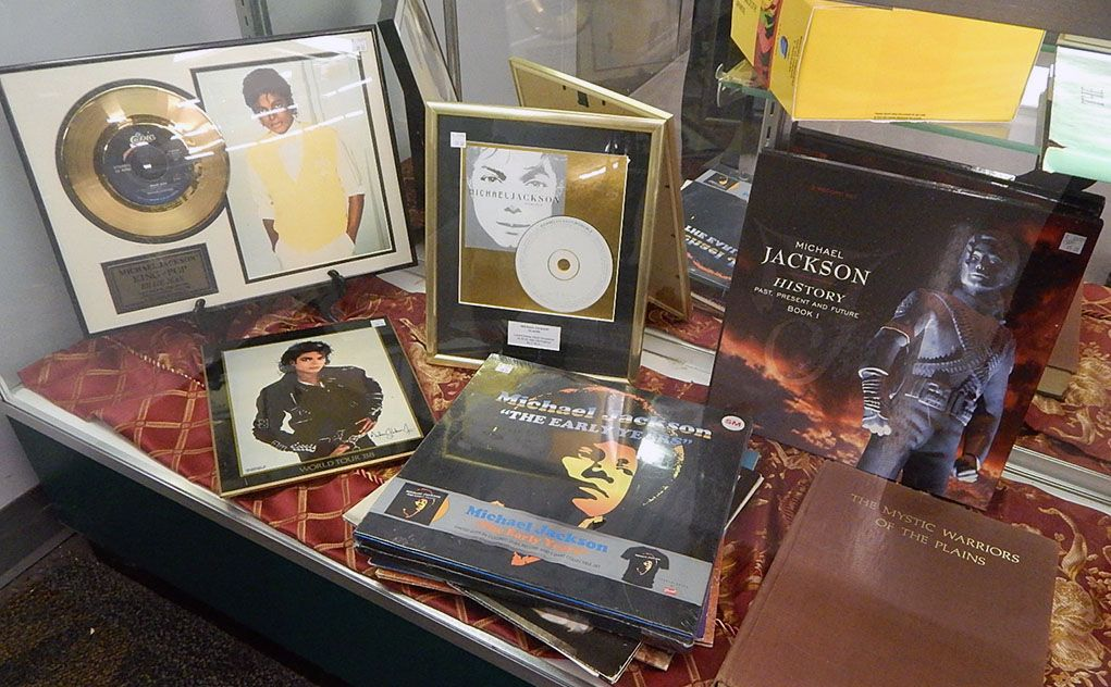 fan of the king of pop a collection of michael jackson memorabilia is on display at the 2800 sw. Black Bedroom Furniture Sets. Home Design Ideas