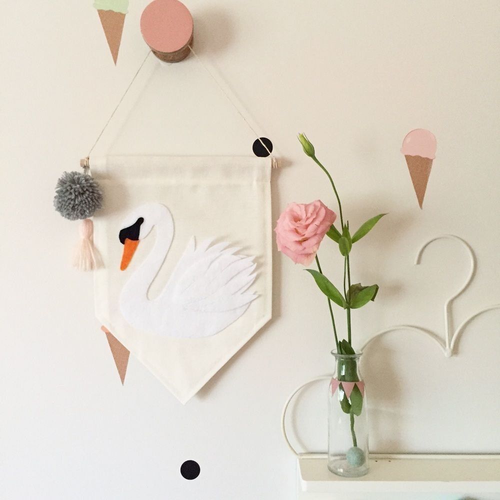 Beautifully detailed, hand cut and hand stitched felt swan with coordinating tassel and pompom.Single sided banner made from quality cotton fabric, machine stitched on all sides.W 22cm x L 30cmWooden dowel rod | L 24cm   coordinating string for hangingDesigns and colours may vary slightly to what is shown in pictureThis banner is pre-made and will be shipped within 5 days of purchasing.Please note, shipping costs are for standard post only. Please contact me ...