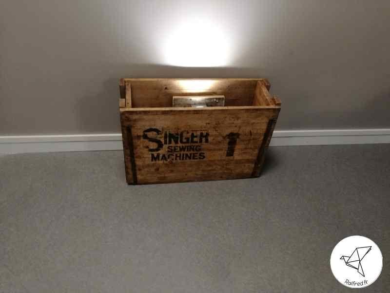 vieille caisse en bois singer recycl e en luminaire diy. Black Bedroom Furniture Sets. Home Design Ideas