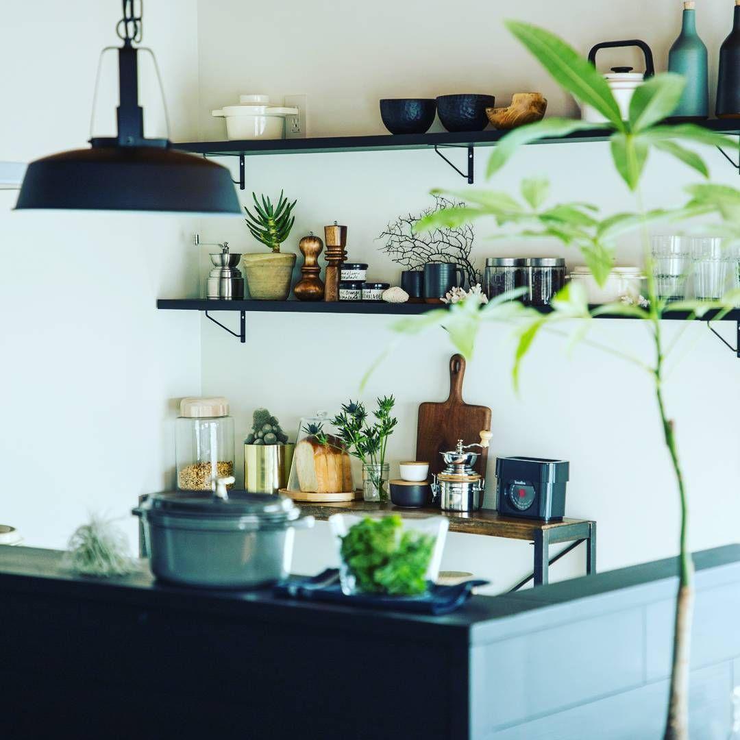 朝のkitchen おしゃれ キッチン 袖壁 照明 飾り棚 インテリア 花のある