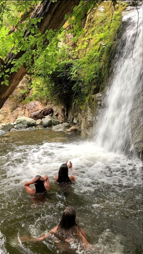 Waterfalls in Hawaii: Photo Ideas & Instagramable Spots