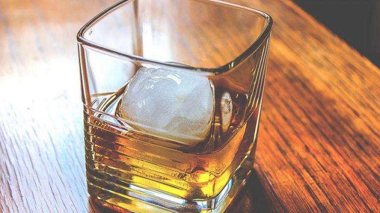 f60339257c Immagine gratis di un bicchiere di whisky scozzese torbato con palla di  ghiaccio