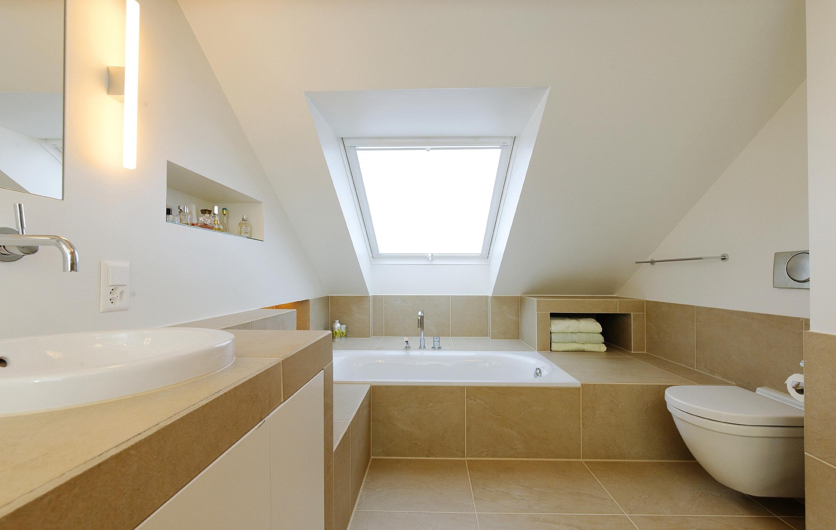 Badezimmer Umbau #dachschräge #dachfenster #fliesen