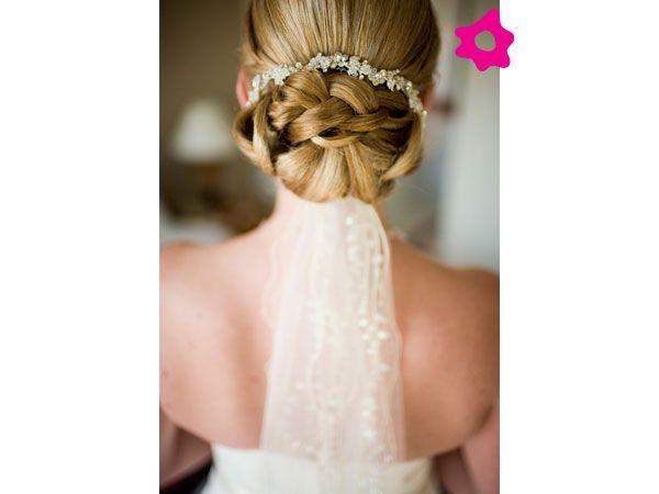35 Wedding Hairstyles Discover Next Year S Top Trends For: Velo De Novia Con Peinado De Novia Recogido En Chongo Bajo