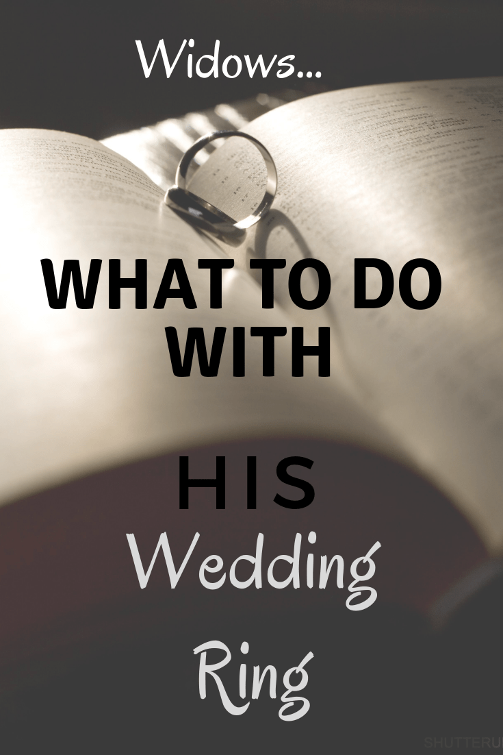 What do widows do with his wedding ring? (With images