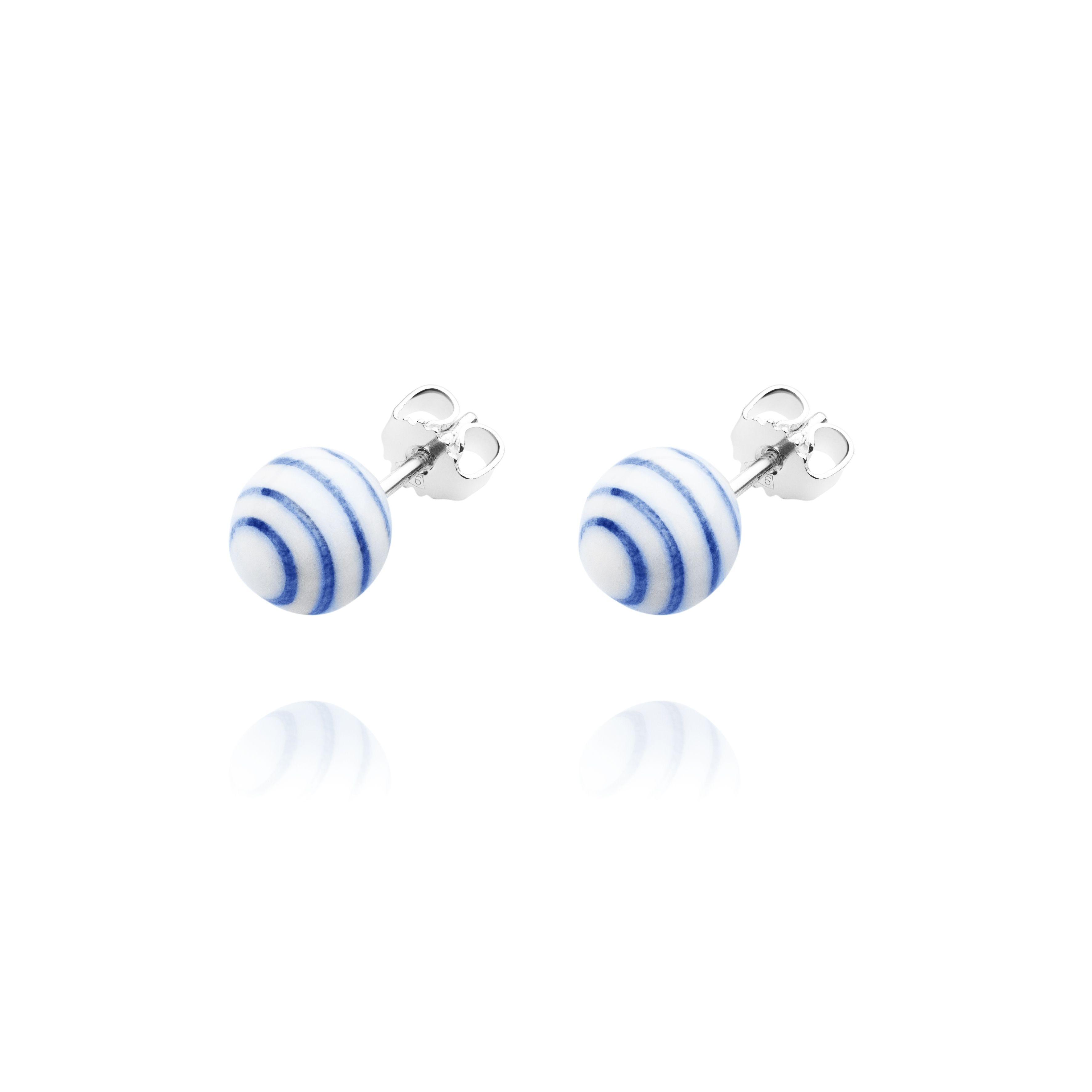 Smukke ørestikker fra Anne Black. Anne Black Stripes ørestikker er i hvid porcelæn med håndmalet blå striber - Tinga Tango Designbutik #stripes #ørestikker #earrings