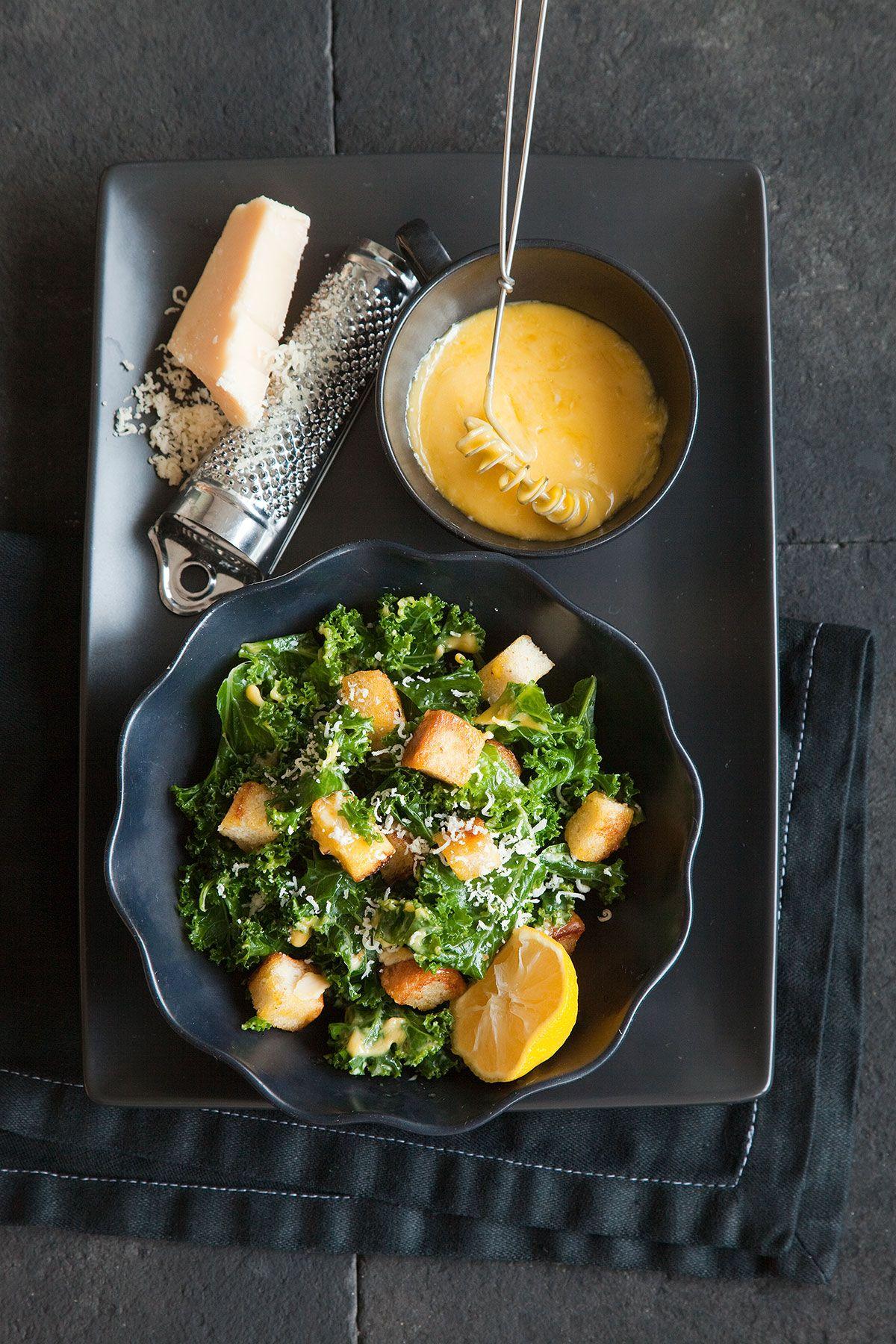 Caesarsalaatti lehtikaalista | Reseptit