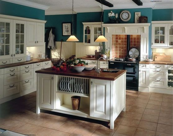 Love this Kitchen.  I can picture it with light yellow or dark red paint.