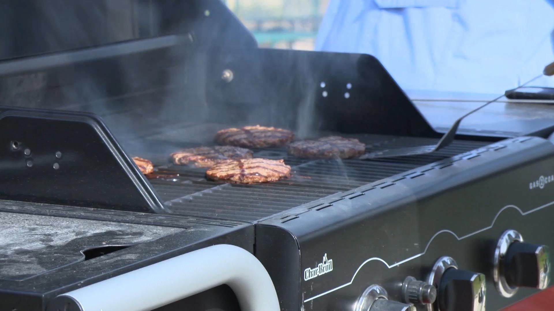 Consumer Reports Tests Two Grills That Give Outdoor Cooks A Choice