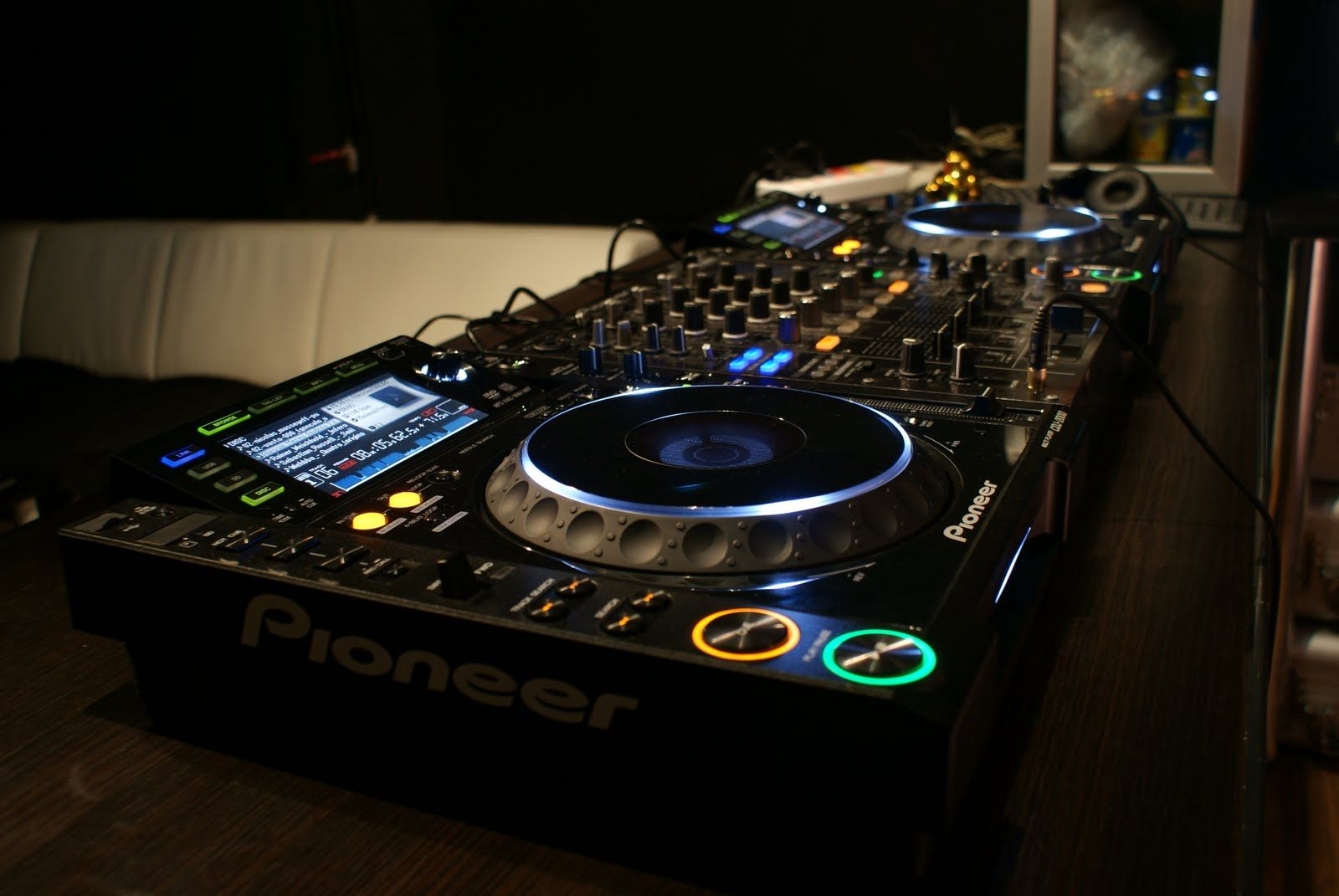 A Beginners Guide to Buying DJ Equipment